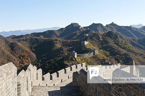 Chinesische Mauer  historische Grenzbefestigung mit Zinnen  restaurierter Abschnitt mit Wachtürmen  Große Mauer schlängelt sich über Gebirgskamm  Jinshanling  Volksrepublik China