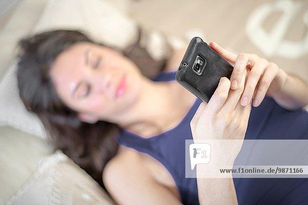 junge Frau junge Frauen Entspannung Couch Smartphone