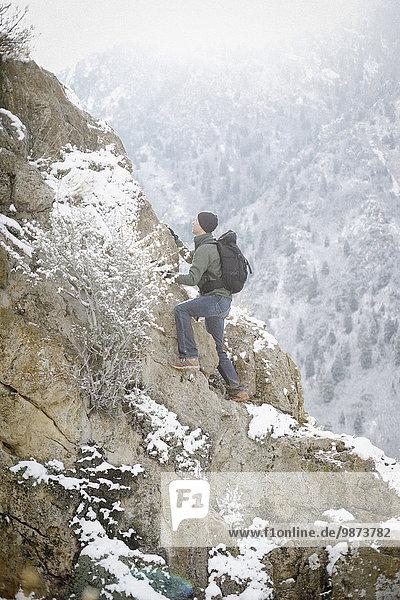 hoch oben Felsbrocken Berg Mann wandern klettern steil