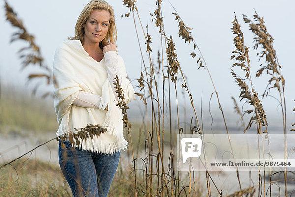 stehend Europäer Frau Strand groß großes großer große großen Gras