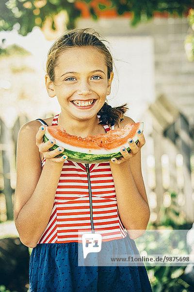 Außenaufnahme Europäer Wassermelone essen essend isst Mädchen freie Natur