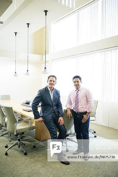 Geschäftsmann lächeln mischen Büro Besuch Treffen trifft Mixed