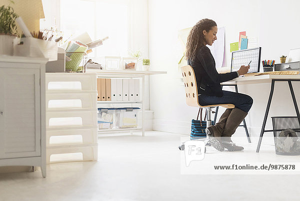 Handy benutzen Geschäftsfrau Schreibtisch mischen Mixed