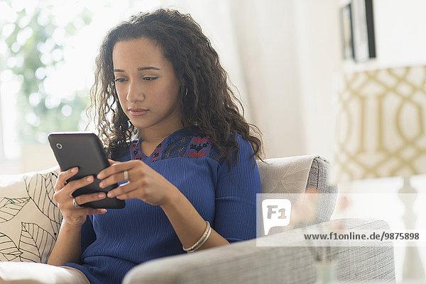 benutzen Frau Couch mischen Tablet PC Mixed