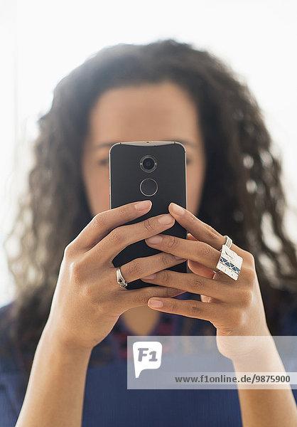 Handy benutzen Frau Close-up mischen Mixed