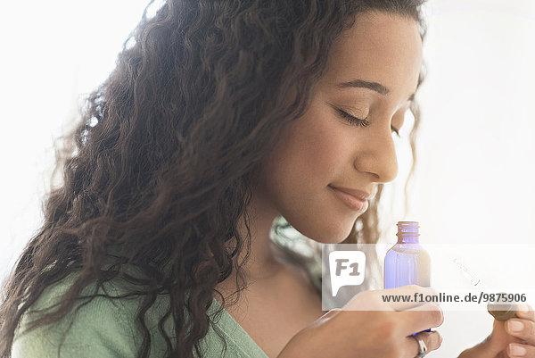 stinken Frau Close-up mischen Aromatherapie Mixed Öl riechen