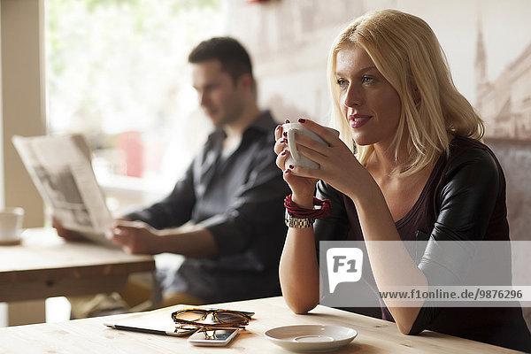 Frau Tasse Cafe trinken Kaffee