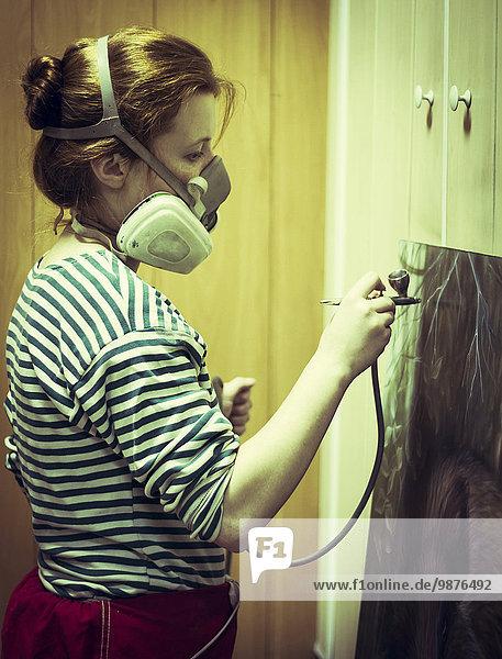 streichen streicht streichend anstreichen anstreichend Studioaufnahme Maske Airbrush Künstler Gas