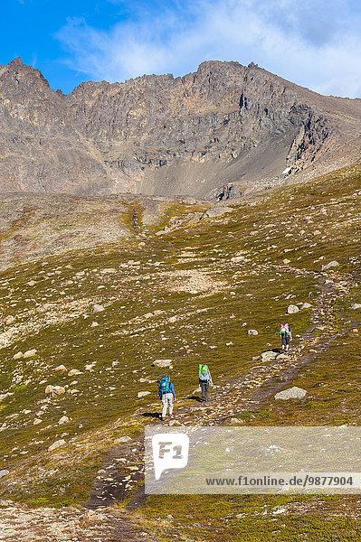 hoch oben Tag verstecken folgen See wandern Herbst 3 Backpacker Alaska Ar