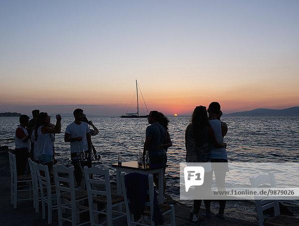 geselliges Beisammensein Sonnenuntergang klein Stadt Tourist vorwärts Zimmer Ufer Kykladen Griechische Inseln Mykonos Schiffswache