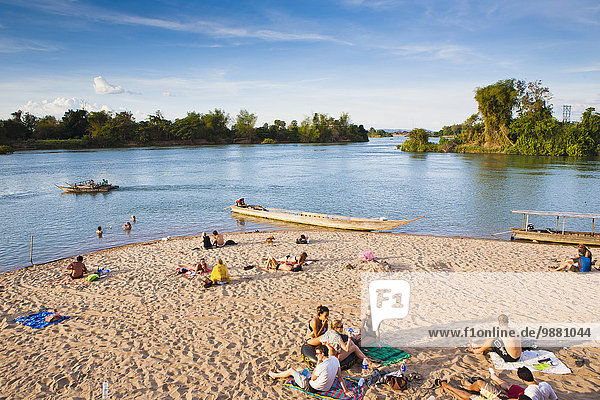 Strand Fluss Insel vorwärts Grenze Kambodscha Laos spielen