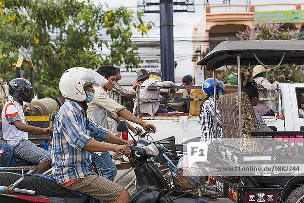 Außenaufnahme Straße beschäftigt Pendler Motorrad Markt Siem Reap