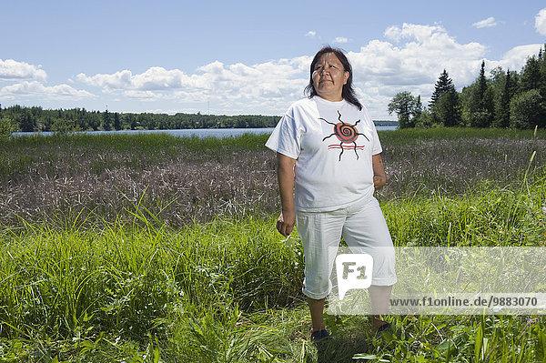 stehend Fischschwarm Frau See reifer Erwachsene reife Erwachsene Feld amerikanisch Mittelpunkt Ethnisches Erscheinungsbild Seeufer