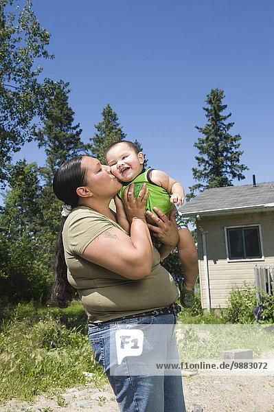 Außenaufnahme stehend Wohnhaus Sohn frontal amerikanisch Ethnisches Erscheinungsbild Mutter - Mensch