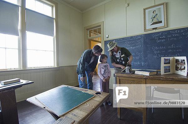 Führung Anleitung führen führt führend Menschlicher Vater Tagesausflug Museum Insel Schule (Einrichtung) jung Tochter Hecla-Grindstone Provincial Park