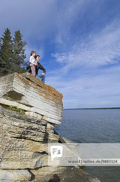 Menschlicher Vater unterhalb See Meer Insel jung Tochter glatt Hecla-Grindstone Provincial Park Kalkstein Million