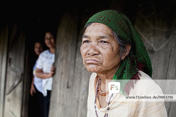 Außenaufnahme sitzend stehend Frau Mensch Menschen Eingang Gebäude Hügel Hintergrund Volksstamm Stamm vietnamesisch