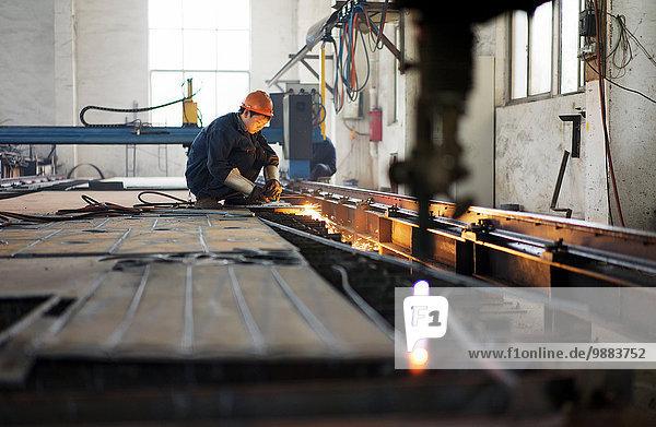 Arbeiter mit Geräten in der Kranfertigung  China