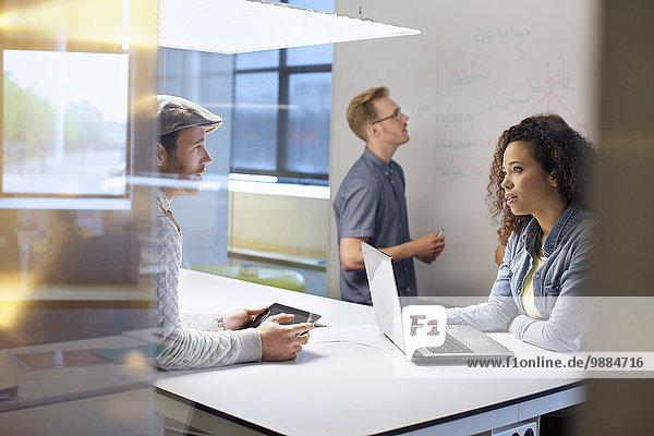 Geschäftsteam diskutiert Ideen bei der Besprechung