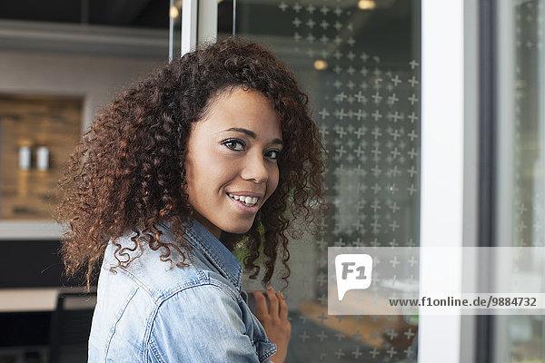 Porträt einer jungen Frau an der Bürotür