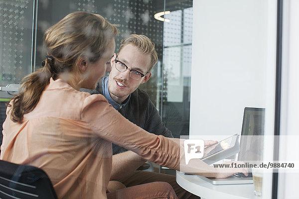 Frau und Mann plaudern im Büromeeting