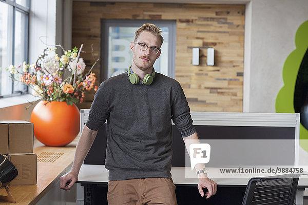 Porträt eines männlichen Designers im Büro Porträt eines männlichen Designers im Büro