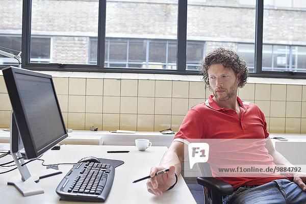 Mann blickt auf den Bürotisch