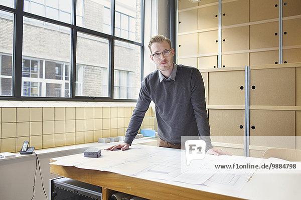 Porträt eines jungen Designers im Kreativbüro