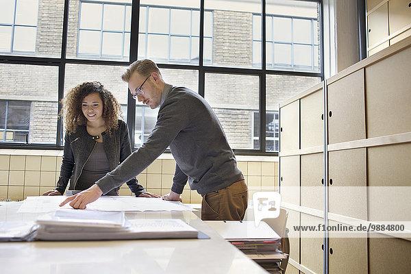 Junges Designteam sucht Blaupause im Kreativbüro