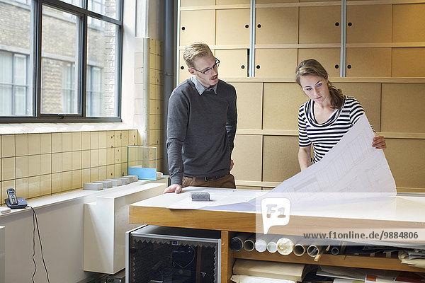 Zwei junge Designer auf der Suche nach einem Entwurf im Kreativbüro