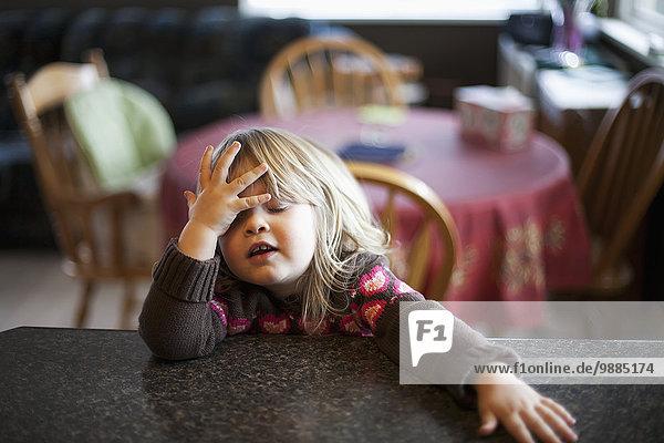 sitzend niedlich süß lieb Gesichtsausdruck Gesichtsausdrücke Ausdruck Ausdrücke Mimik Küche jung Mädchen Tresen