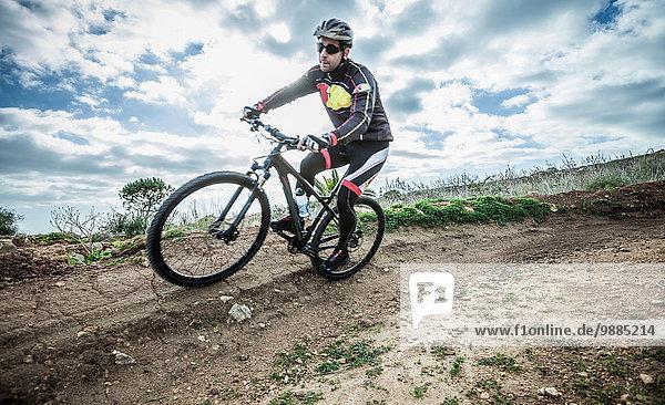 Mittlerer Erwachsener  männlicher Mountainbiker auf der Rennstrecke  Cagliari  Sardinien  Italien