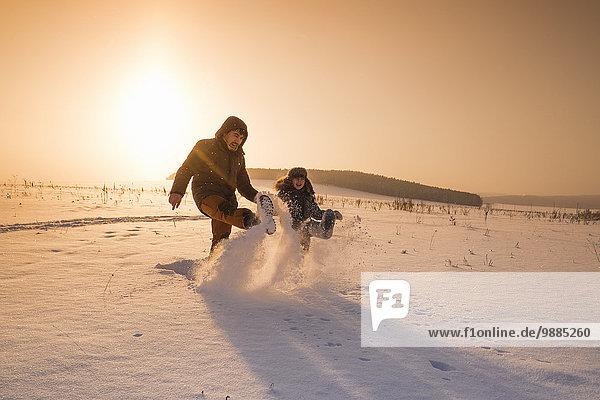 Mann und Sohn beim Sonnenuntergang  Dorf Sarsy  Gebiet Swerdlowsk  Russland