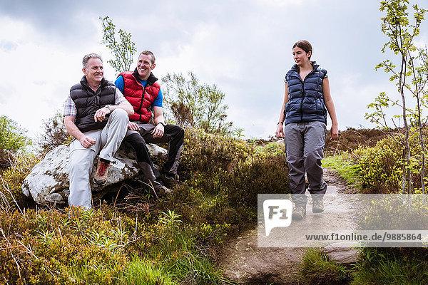 Wanderfreunde beim Plaudern am Fels  Pateley Bridge  Nidderdale  Yorkshire Dales