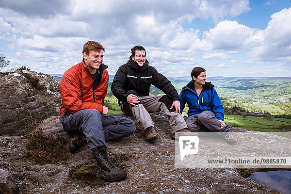 Männliche und weibliche Wanderer sitzen auf der Guise Cliff  Pateley Bridge  Nidderdale  Yorkshire Dales.