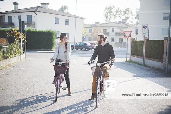 Junges Paar Radfahren auf der Straße  Dolo  Venedig  Italien