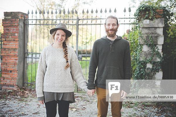 Junges Paar hält Händchen  Porträt