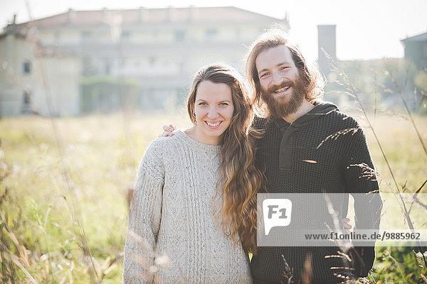 Junges Paar im Feld lächelnd  Portrait