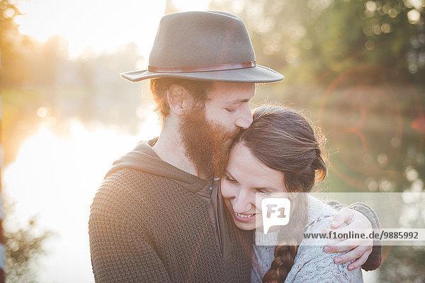 Junges Paar im Sonnenlicht
