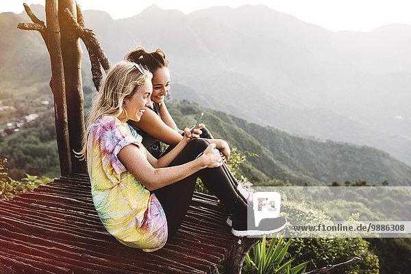 Zwei junge Freundinnen auf dem Balkon über dem Atitlansee  Guatemala
