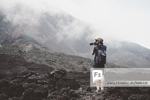 Junger Mann beim Fotografieren des Vulkans Pacaya  Antigua  Guatemala