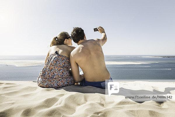 Rückansicht des jungen Paares  Dune de Pilat  Frankreich