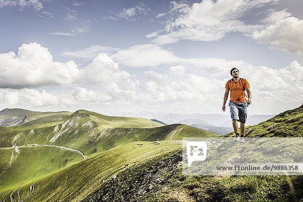 Junger Mann auf dem Weg  Saint-Michel  Pyrenäen  Frankreich (nahe der spanisch-französischen Grenze)