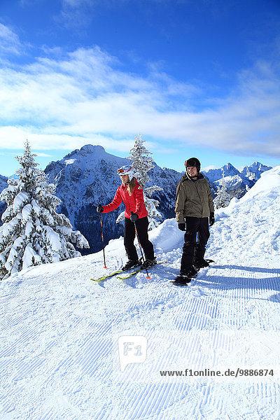 Skifahrerin und Snowboarder  Tegelberg  Ammergauer Alpen  Allgäu  Bayern  Deutschland  Europa