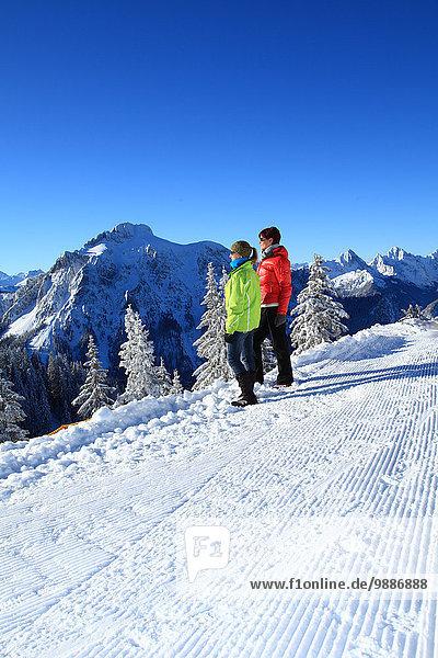 Zwei Frauen im Schnee  Tegelberg  Ammergauer Alpen  Allgäu  Bayern  Deutschland  Europa