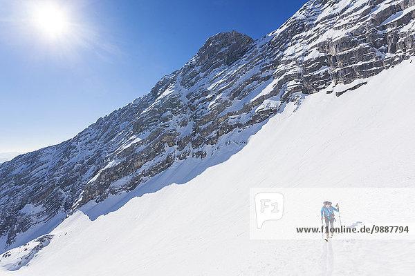 Mann auf Skitour  Stodertal  Totes Gebirge  Österreich  Europa