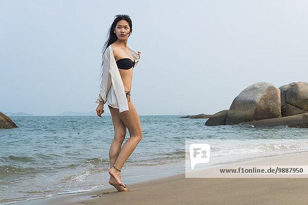 junge Frau junge Frauen gehen Strand Bikini