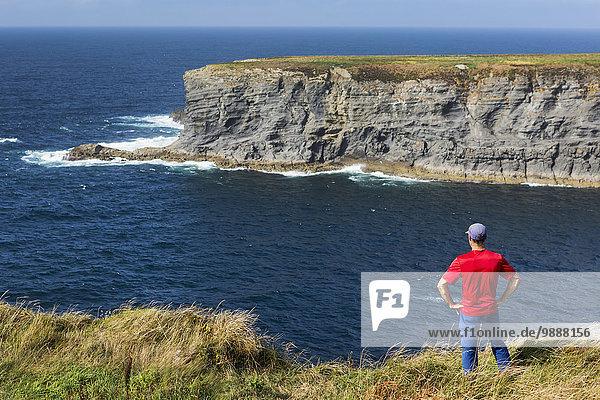 Felsbrocken stehend Mann Ecke Ecken Himmel Ozean Ignoranz Insel blau groß großes großer große großen Wiese Clare County Irland