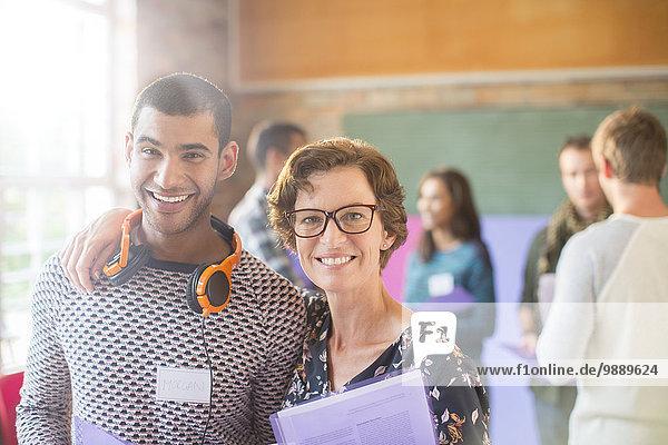 Porträt von lächelnden Menschen beim Seminar