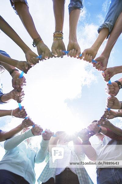 Teambildung verbundener Kreis um Kunststoffreifen
